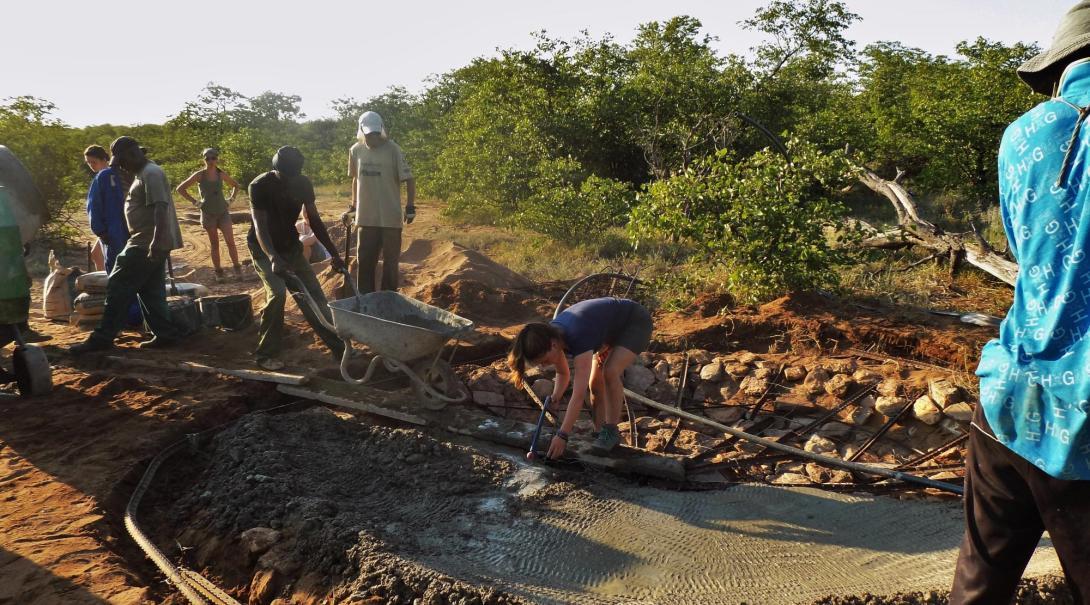 Projects Abroad volontärer som arbetar med vilda djur i Botswana hjälper till att bygga ett vattenhål i Wild at Tuli-reservatet